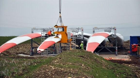 Rotorblätter einer Windkraftanlage werden für die Montage vorbereitet.