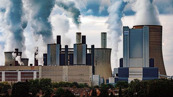 Das Kraftwerk Niederauߟem von der RWE Power.