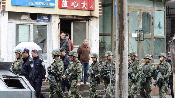 Chinesisches Militär patrouilliert nach blutigen Unruhen durch Uiguren-hauptstadt Ürümqi
