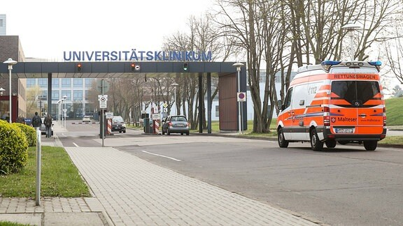 Hintereingang zum Universitätsklinikum Magdeburg.