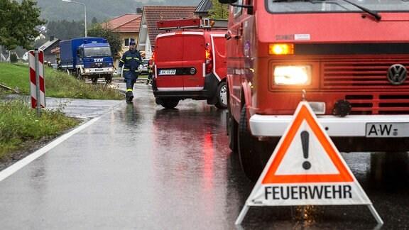 Feuerwehr und THW nach einem Erdrutsch im Einsatz