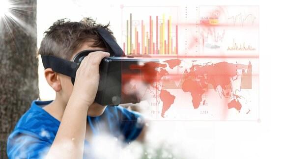 Ein Junge schaut sich eine virtuelle Weltkarte durhc eine VR-Brille an.
