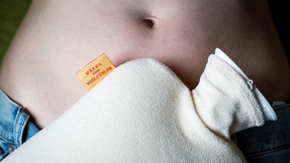 Wärmflasche auf einem Bauch
