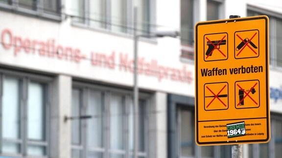 Hinweisschild zu Waffenverbotszone in Leipzig