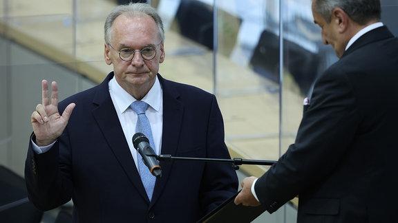 Reiner Haseloff wird im Landtag von Sachsen-Anhalt vereidigt.