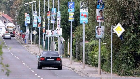 Wahlplakate verschiedener Parteien zieren Strassenlaternen