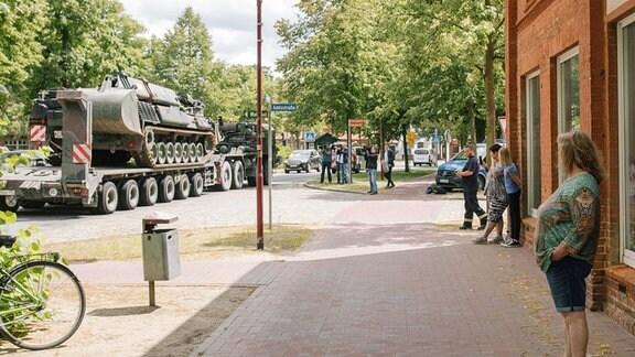 Anwohner betrachten Panzer der Bundeswehr in Lübtheen.