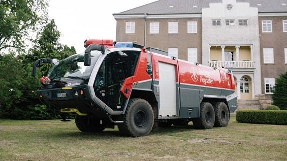 Löschfahrzeug vom Flughafen Berlin für den Einsatz gegen den Waldbrand bei Lübtheen.
