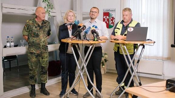 Pressekonferenz mit Brigardegeneral GERD JOSEF KROPF, Ministerpräsidentin MANUELA SCHWESIG (SPD), Landrat STEFAN STERNBERG (SPD) und Feuerwehrkommandant der Region.