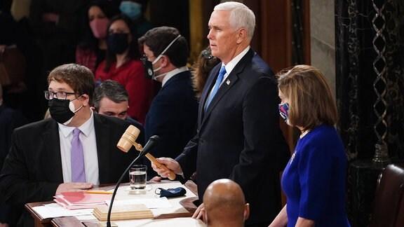 Nancy Pelosi und Mike Pence sitzen Kongresssitzung vor.