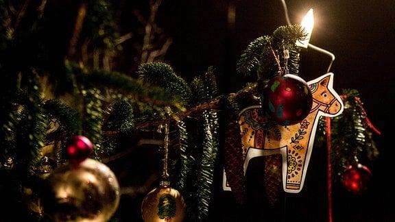 Weihnachtsschmuck und Lichterkette an einem Tannenbaum