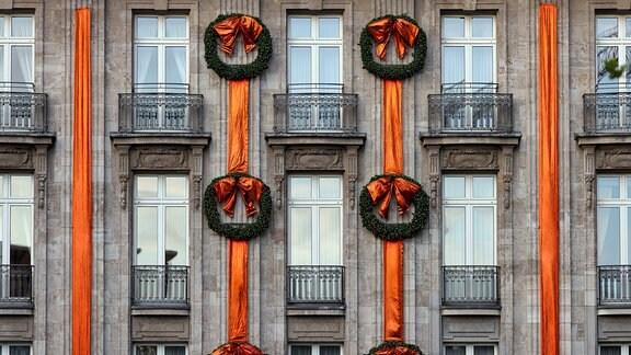 Weihnachtsdekoration mit roten Bändern und Weihnachtskränzen am Excelsior Hotel Ernst am Dom in Köln