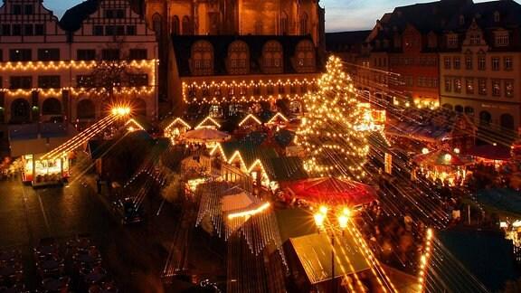 Der hell beleuchtete Weihnachtsmarkt in Naumburg
