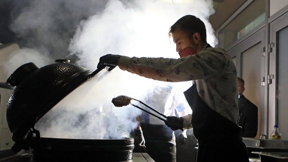 Ein Mann beim kochen