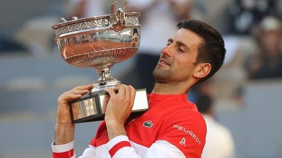 Novak Djokovic mit Pokal, French Open 2021