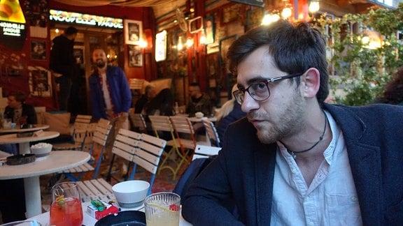 junger Mann mit Brille in einer Bar