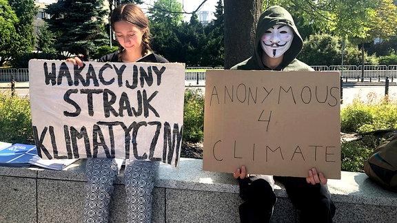 Inga Zasowska ist bei ihrem Protest in sich gekehrt und liest