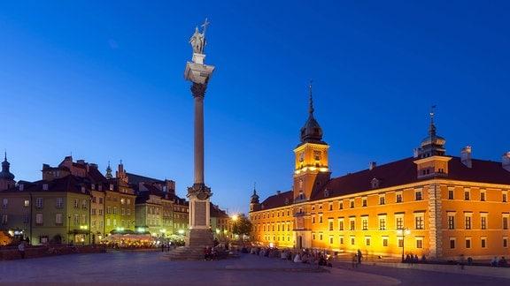 Königsplatz mit Sigismund-Säule und Königsschloss bei Abenddämmerung in der Altstadt von Warschau