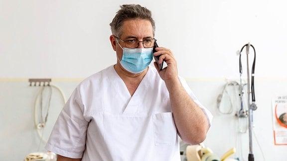 Mann im Arztkittel telefoniert - Der rumänische Hausarzt Gindrovel Dumitra