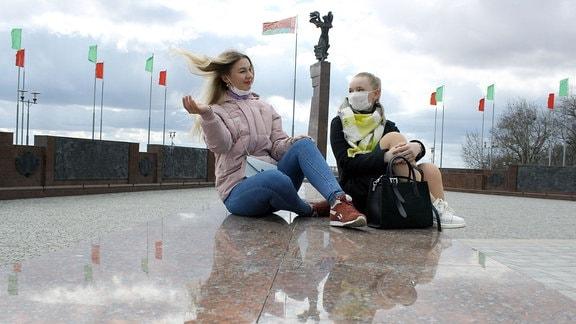 Zwei Frauen vor Flaggen