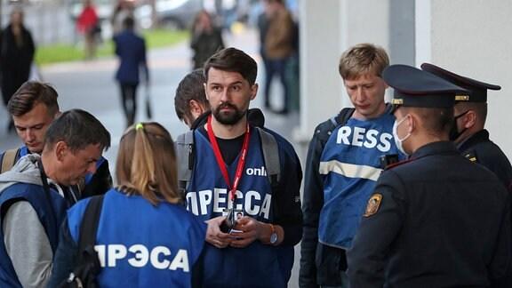 Belarus Journalisten stehen der Polizei gegenüber