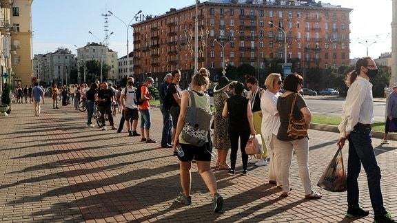 Minsk: Menschen stehen Schlange, um einem Kandidaten der Opposition ihre Unterschrift für dessen Kandidatur bei der Präsidentschaftswahl zu geben.