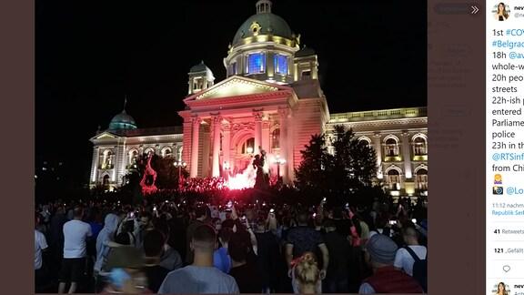 Menschenmenge vor serbischem Parlament