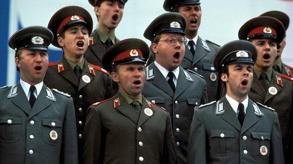 Chor aus Rotarmisten und Volksarmisten mit weit geöffneten Mündern, 1984
