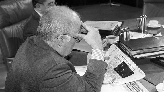 Arbeitsminister Norbert Blüm beim Lesen einer Zeitung im Jahr 1995