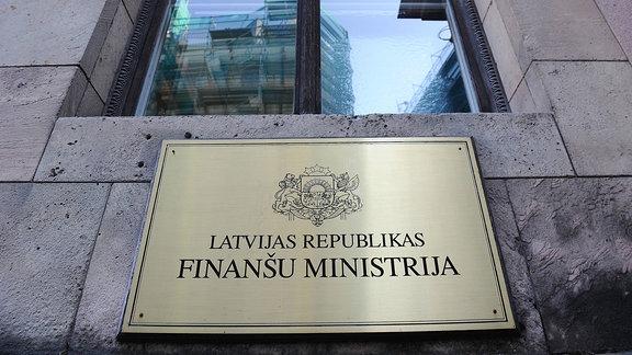Ein Schild am Gebäude benennt das Finanzministerium von Lettland.