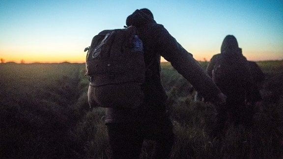 Flüchtlinge gehen bei Nacht