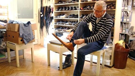 Schumacher Grigore Lup zieht Schuhe in Überlänge an