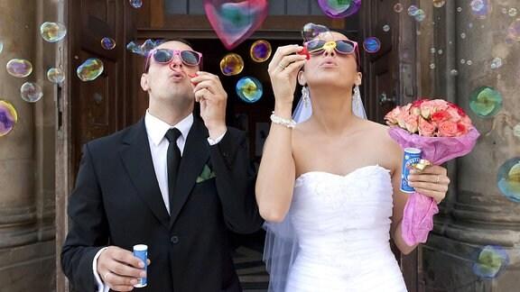 Ein Brautpaar macht Seifenblasen