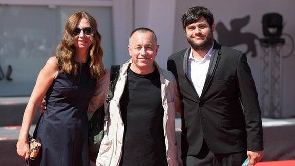 Das Journalistentrio: Mirela Neag, Catalin Tolontan, Razvan Lutac (v.l.n.r.) bei den Internationalen Filmfestspielen in Venedig 2019, auf denen der Film 'Kollektiv - Korruption tötet' Premiere feierte.