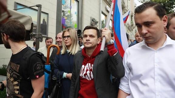 Ljubow Sobol, Ilja Jaschin und Iwan Schdanow bei einer Demonstration