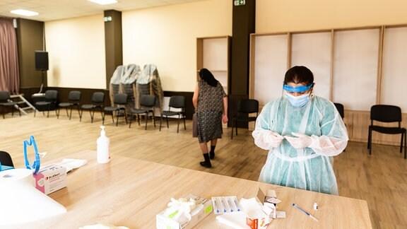 Ein mobiles Impfteam impft im Juni Rentner in der südrumänischen Gemeinde Bratovoesti.