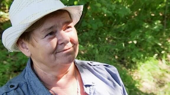 Irene Bobel sammelt illegalerweise Büffelgras im Urwald.