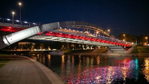 eine Brücke in Vilnius beleuchtet in den belarussischen Farben