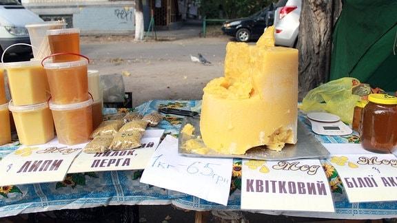 Honig auf einem Marktstand in Kiew mit ukrainischer Beschilderung.