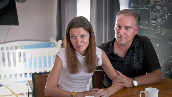 Denise und Jens Walzner aus Hofheim in Hessen, haben sich ihren Kinderwunsch mit Hilfe einer Leihmutter in der Ukraine erfüllt