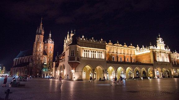 Marienkirche und Tuchhallen in Krakau bei Nacht