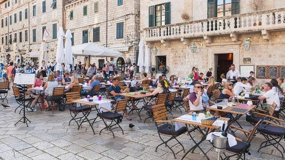 voll besetztes Außenrestaurant in Kroatien