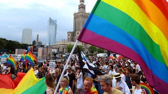 Menschen mit Regenbogenflaggen im Zentrum von Warschau, 2019