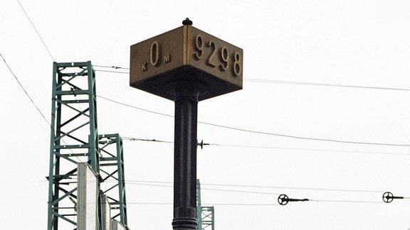 Obelisk markiert den Beginn und das Ende der 9298 Kilometer langen Transsibirischen Magistrale am Jaroslawler Bahnhof in Moskau