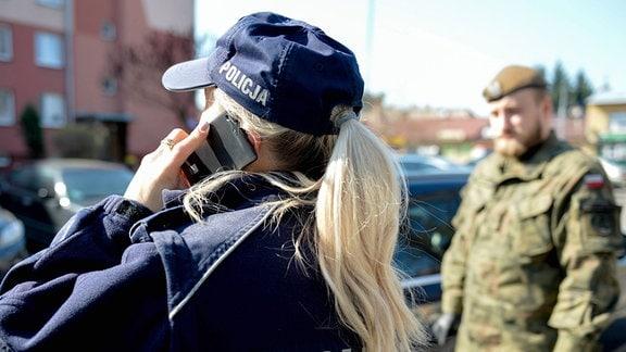 Die Polizei und die Soldaten der Territorialen Verteidigungstruppe kontrollieren Personen, die während des Coronavirus-Ausbruchs unter Zwangsquarantäne standen.
