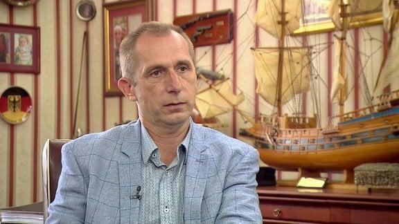 Roman Furmaniak sitzt in seinem Büro