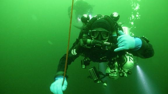 Taucher unter Wasser in der Ostsee tauchen zu Schiffswrack