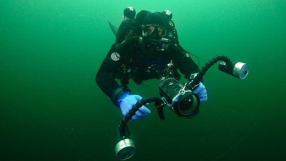 Taucher Krysztof Wnorowski auf Unterwasser-Expedition im Taucheranzug mit Taucherbrille in der Ostsee