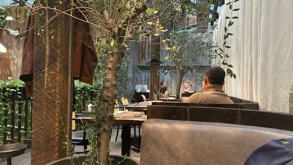 Innenansichten Restaurant Kiew, auf dem Porträt mit dem Pint-Glas ist Denis Trubetskoy zu sehen