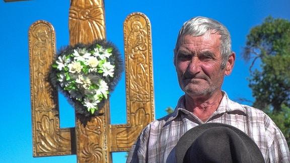 Der Rumäne Vasile C. Jigolea vor einem Kreuz auf dem Wallfahrtsweg zum berühmten Hadâmbu-Kloster